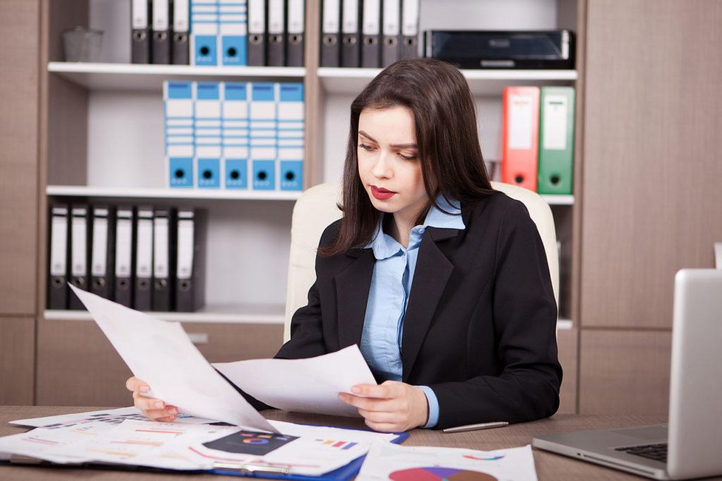 cta-mulher-olhando-documentos-no-escritorio