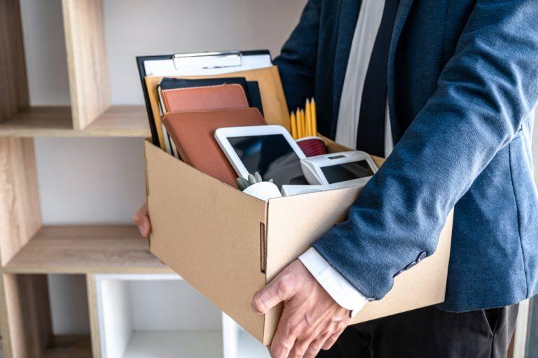 demissão por justa causa - homem segurando uma caixa com objetos