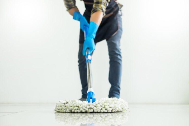 direito empregadas domésticas - empregada limpando o chão com um mop