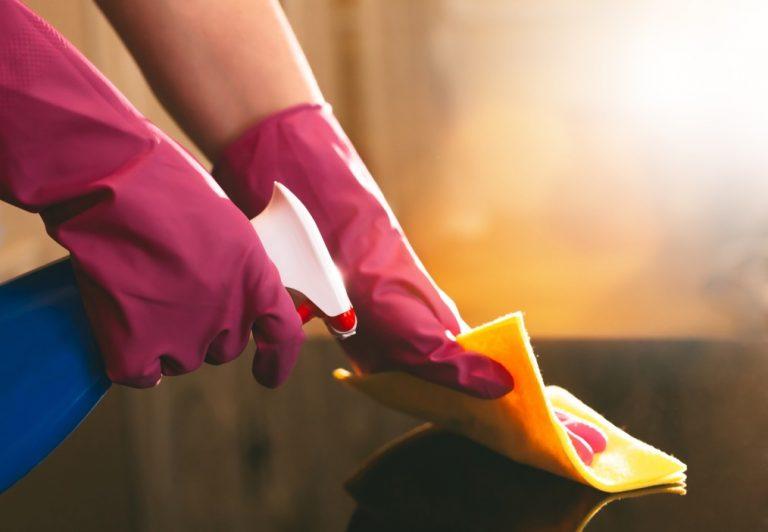 vínculo de empregada domestica - pessoa limpando mesa com um pano amarelo