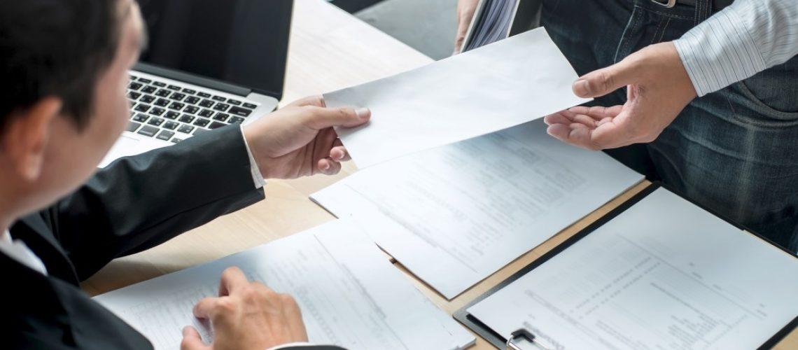 parcelamento de verbas rescisórias - empregador entregando envelope a um empregado